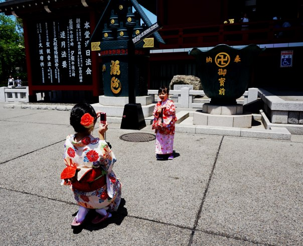 Mother-takes-daughters'-photo-at-Senso-ji-Shrine