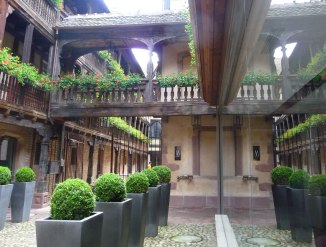 A-charming-bridge-between-dwellings,-Strasbourg