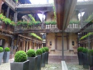 A-charming-bridge-between-dwellings,-Strasbourg