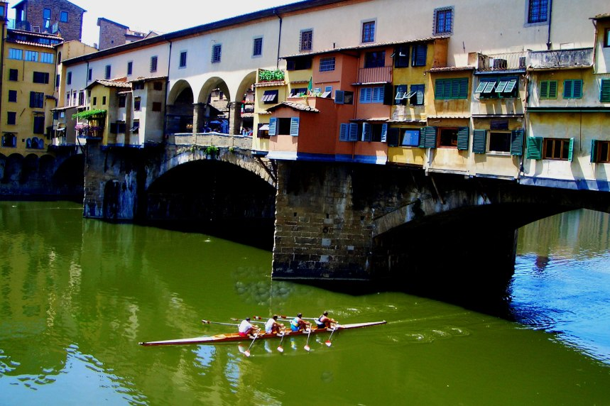 Ponte-Vecchio,-Florence,-with-canoe