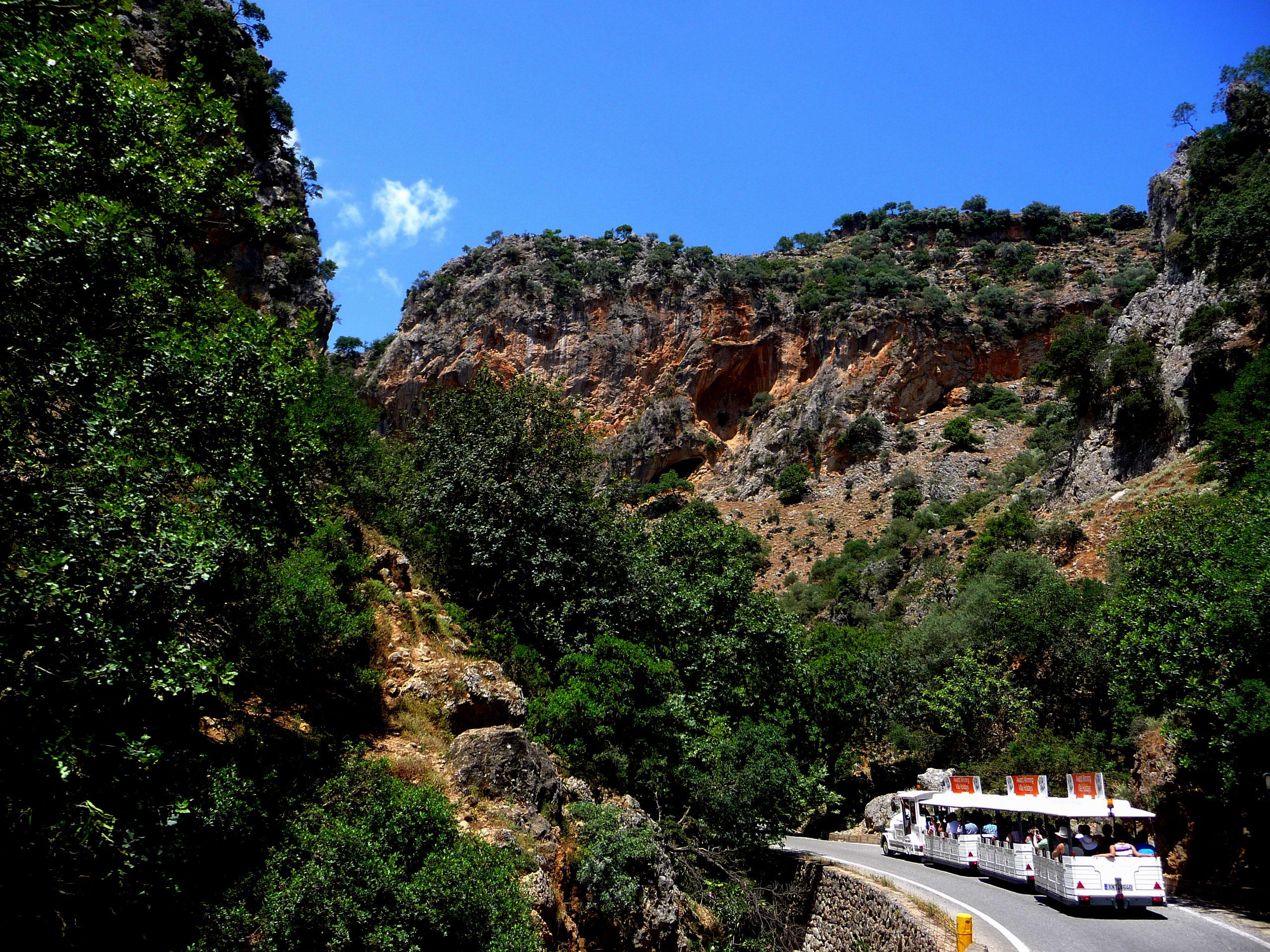 The-Dotto-Train-navigates-the-Therisso-Gorge
